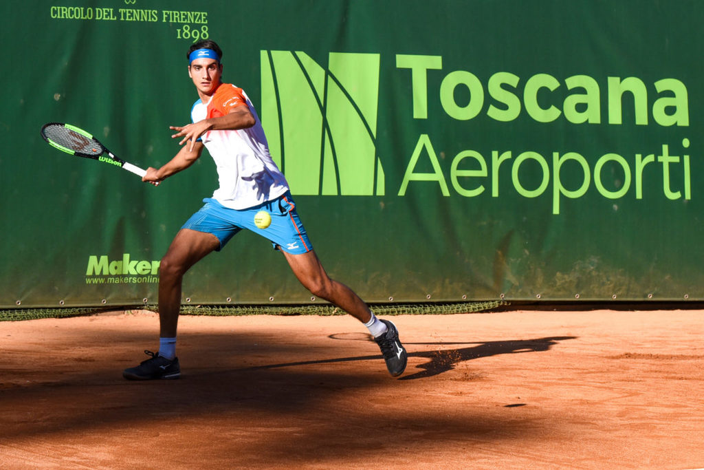 """Tennis: """"Toscana Aeroporti"""": al CT Firenze""""Lorenzino"""" Sonego ci ha fatto  esultare..dannare..soffrire ….ma anche festeggiare…!!!  6-2 / 5-7 / 6-4 a De Greef ;4° azzurro al 3° turno !!"""