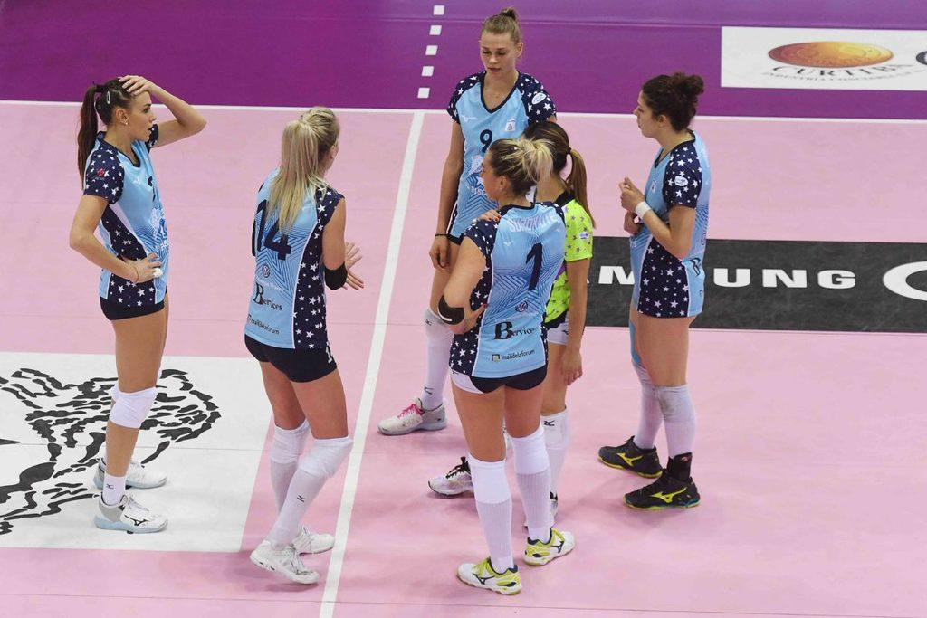 VOLLEY FEMMINILE, Gara 3 Playoff Il Bisonte piegato al tie-break a Novara 3-2 (25-22, 25-22, 21-25, 12-25, 17-15)